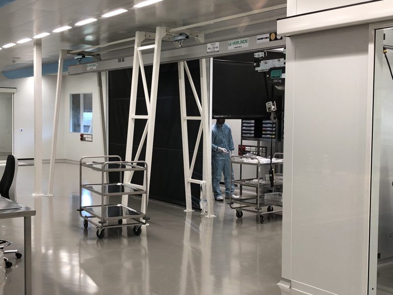 UV-A inspectie in cleanroom tussen flexibele wanden