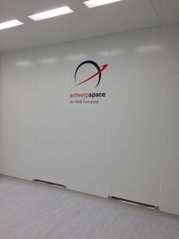 cleanroom Antwerp Space retourstroken in wandsegmenten