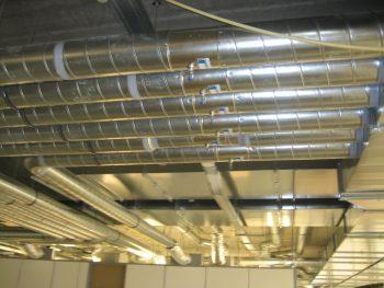 cleanroom voor een goede luchtverdeling zijn er veel kanalen noodzakelijk