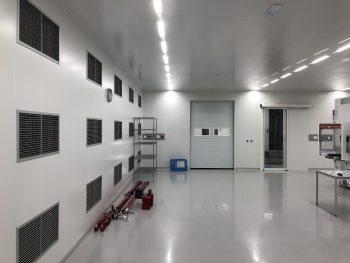 cleanroom met sectionaaldeur voor een stabiele luchtdruk