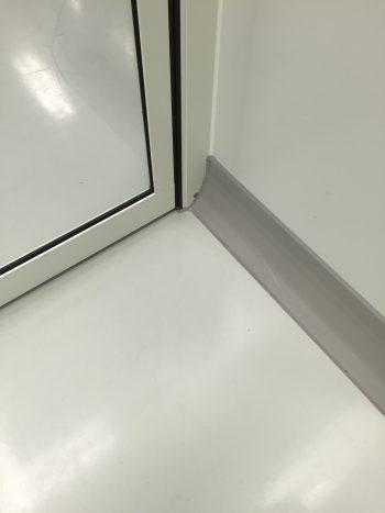 gmp cleanroom plint op metalen wandsegment
