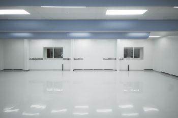 gmp cleanroom met retourlucht via plinten, unieke doorspoeling